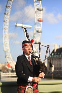 Dudelsackspieler vor dem London Eye (CC0 Public Domain)