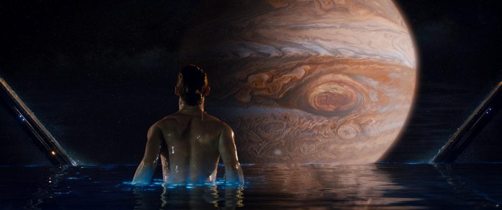 Jedesmal, bevor ich im Jupiter lande, nehme ich gerne ein erfrischendes Bad. (Foto: Courtesy of Warner Bros. Pictures)