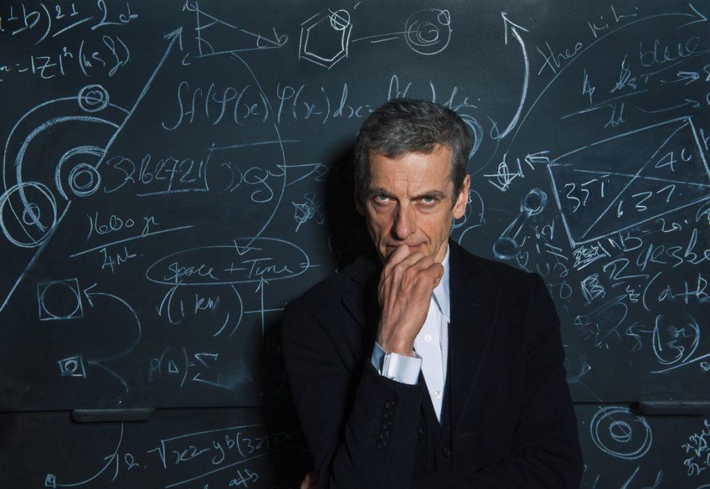 Der Doktor hat eine neue Leidenschaft für Diagramme auf Kreidetafeln entdeckt (Foto: Polyband/BBC)