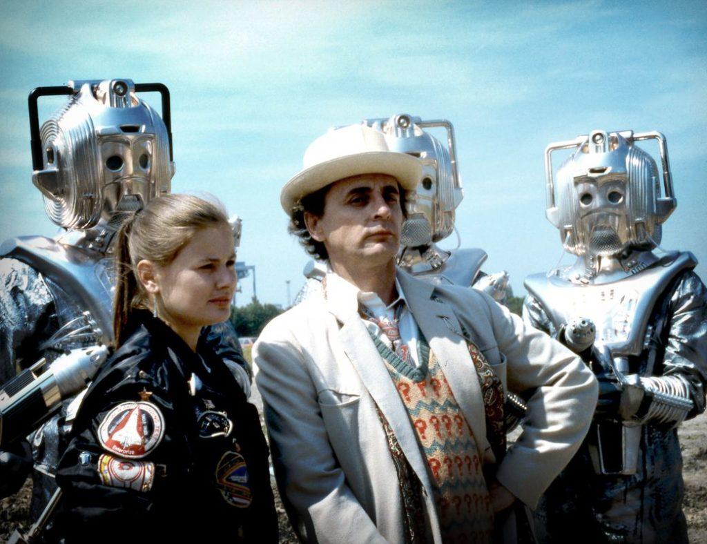 Eigentlich Formidable Gegner, die hier etwas untergehen: Die Cybermen (hinter Ace und dem Doktor)
