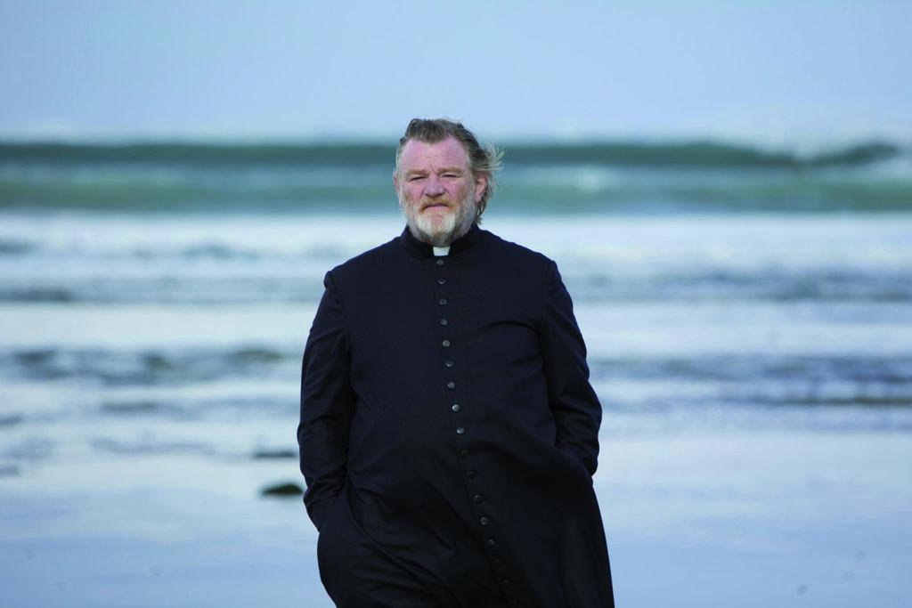 Vater James (Brendan Gleeson) am Strand seiner Gemeinde. (Foto: Ascot Elite Home Entertainment)