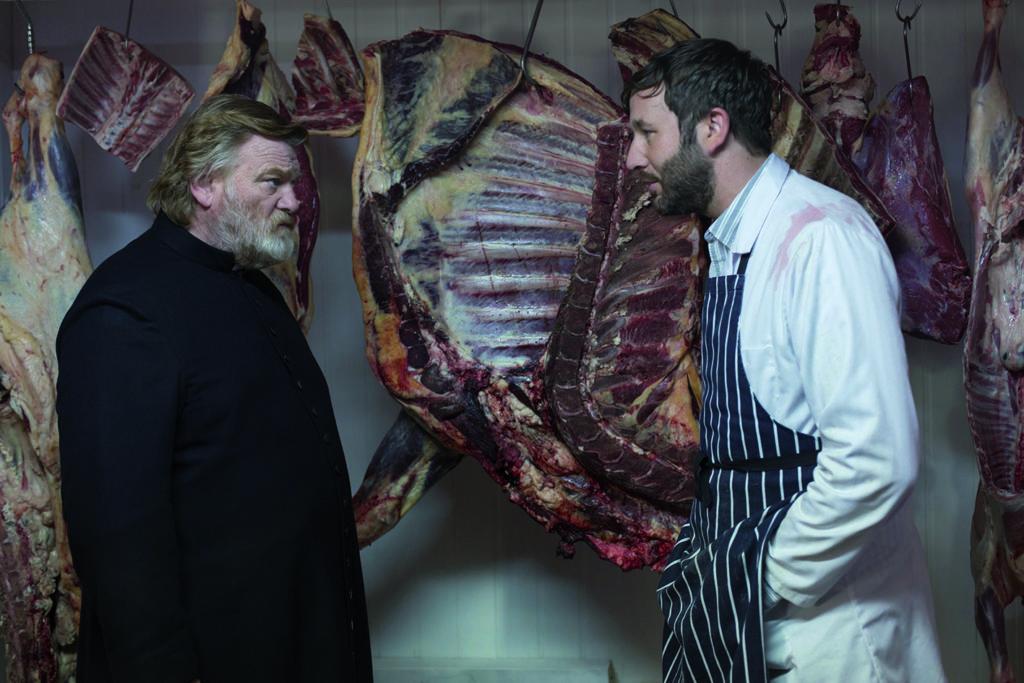 Vater James (Brendan Gleeson) mit einem seiner Schäfchen (Chris O'Dowd) (Foto: Ascot Elite Home Entertainment)
