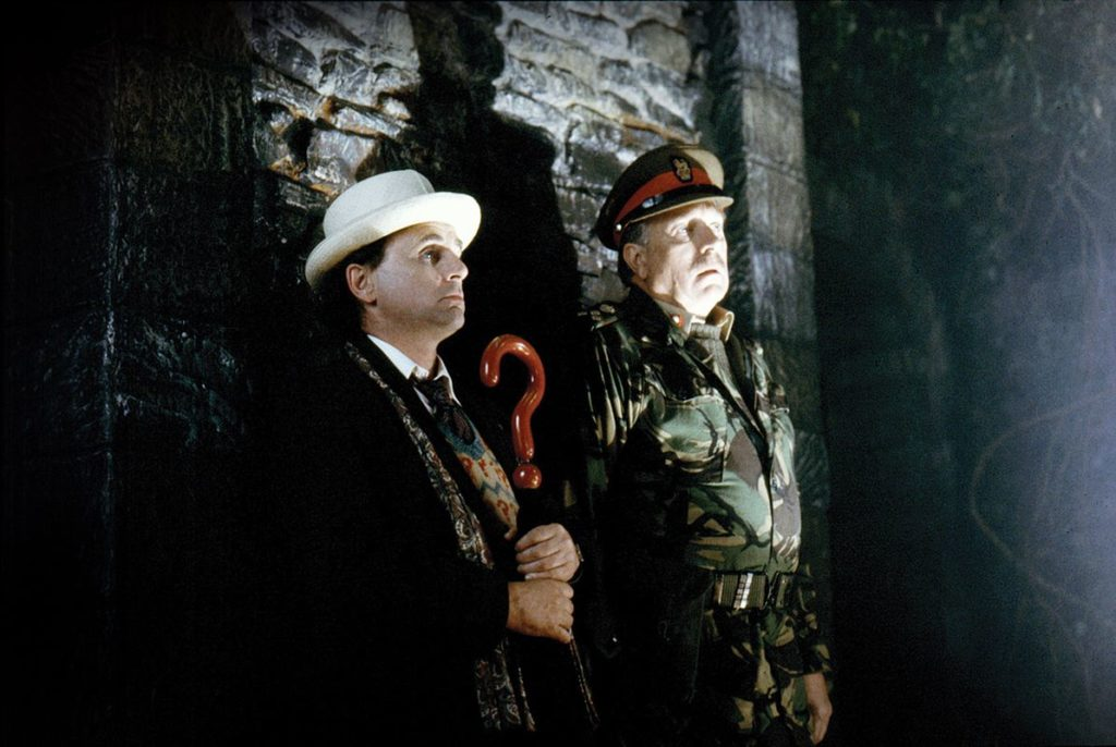 Ein letztes Mal steht Brigadier Lethbridge-Stewart (Nicholas Courtney) an der Seite des Doktors (Sylvester McCoy) (Foto: Pandavision/BBC)