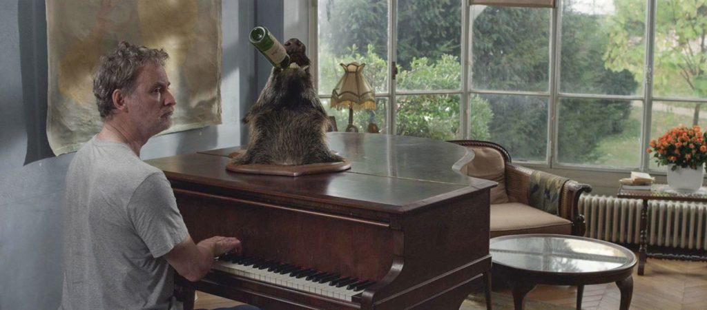 Beispiel für die über's Ziel hinausgehende Comedy: Kevin Klines seltsame Beziehung zu einer Jagdtrophäe (Foto: Ascot Elite)