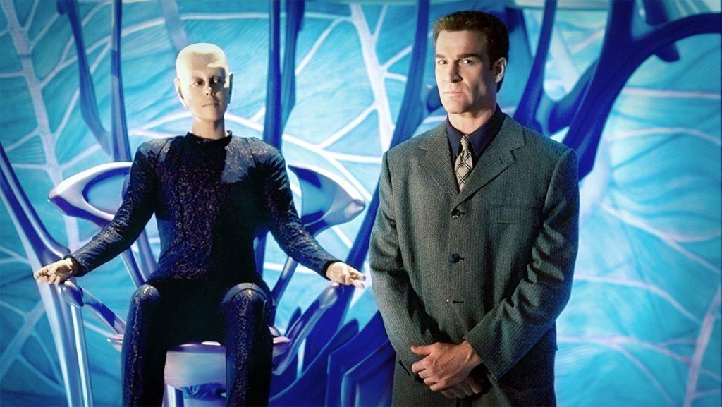 Der Taelon Da'an (links) und sein Beschützer William Boone in einen der Taelon-Konstrukte  (Foto: Pandavision)