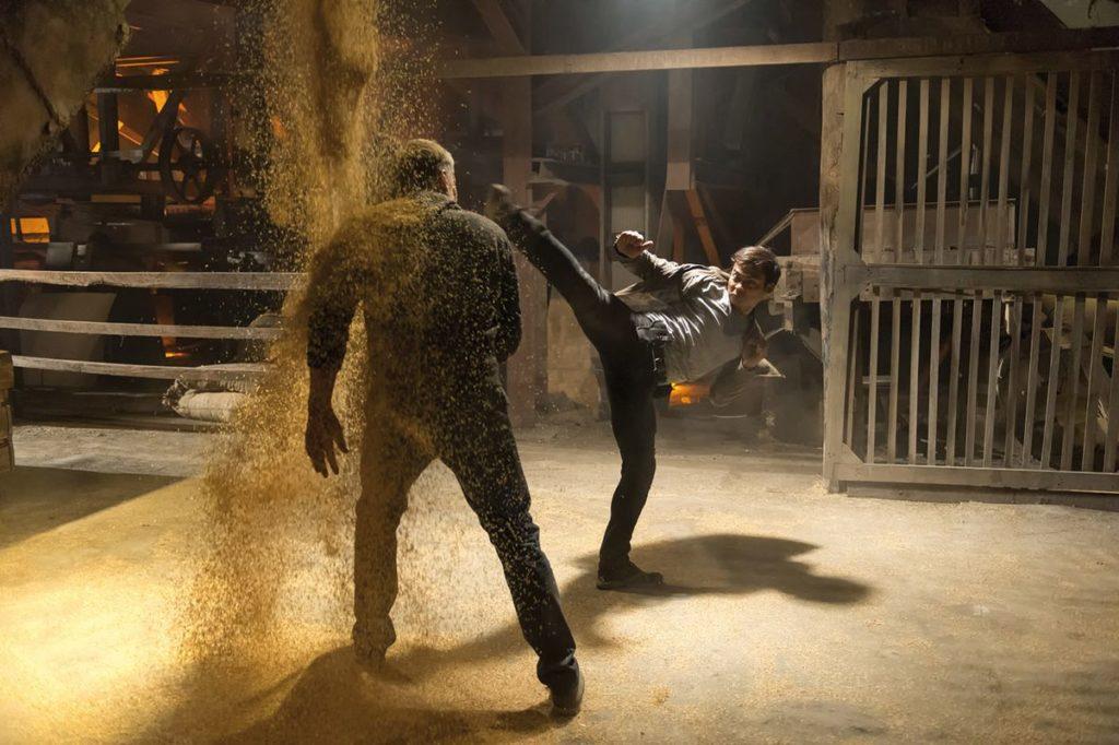 """Lundgren ist solche High-Kicks durch Van Damme ja eigentlich gewohnt (""""Skin Trade"""", Foto: Ascot Elite)"""