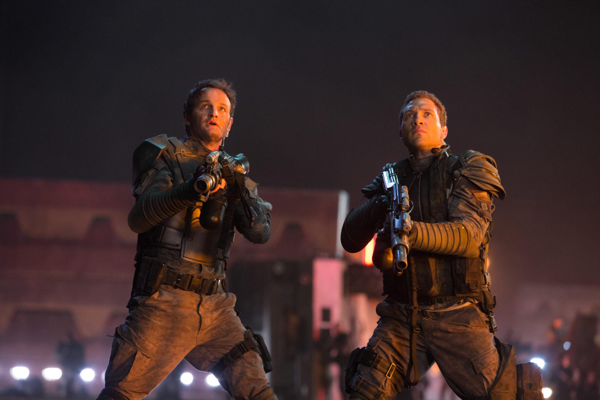 """Etwas Quality Time für Vater und Sohn (Jason Clarke und Jai Courtney in """"Terminator Genisys"""", Foto: Paramount Pictures)"""
