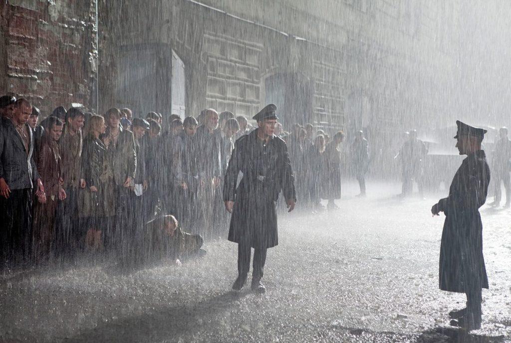 """Kein Film aus dem zweiten Weltkrieg ohne Uniformen im Regen (""""Operation Arsenal"""", Foto: Ascot Elite)"""