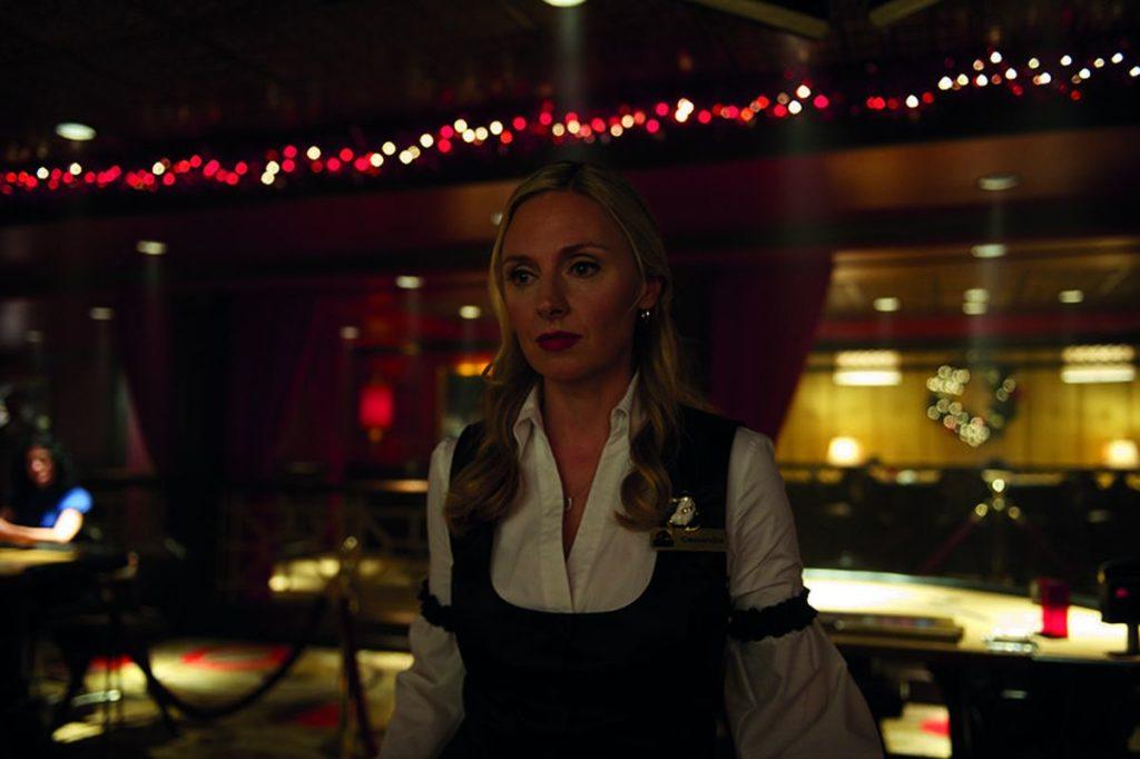 Hope Davis als Croupière (ja, ich musste nachschlagen, wie die weibliche Form von Croupier korrekt lautet, Foto: Universum)