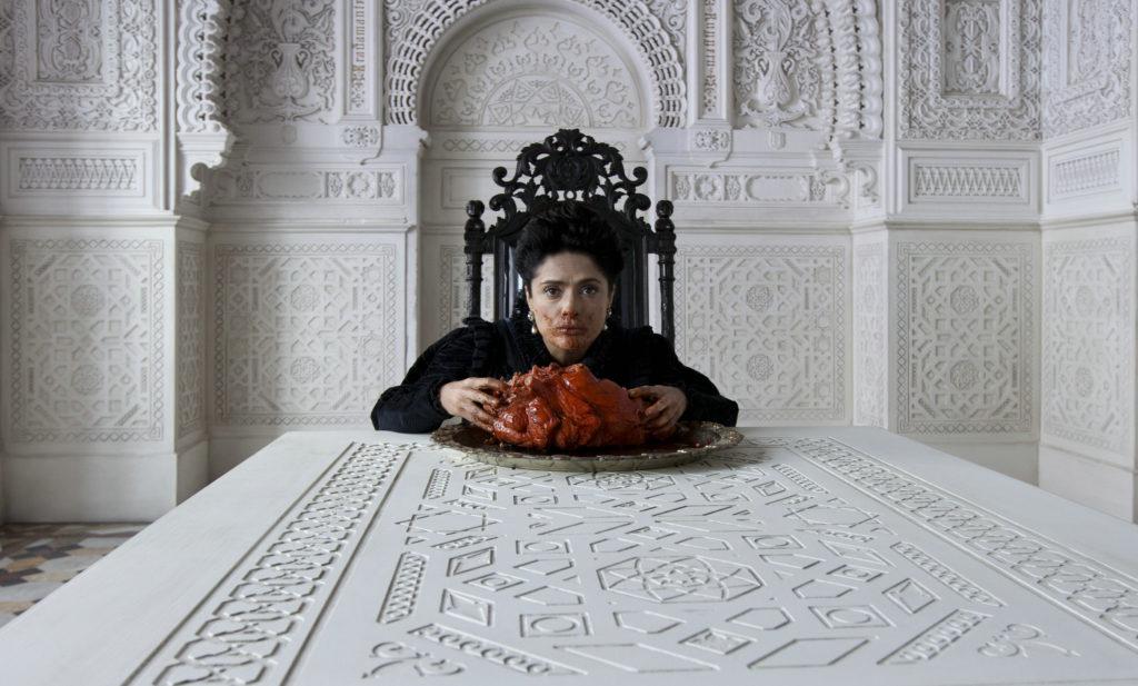 "Die düstere Königin nimmt ein opulentes Mahl zu sich (Salma Hayek in ""Tale of Tales"", Foto: Concorde Filmverleih)"