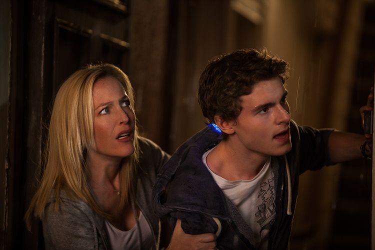 Der junge Held Sean (Callan McAuliffe) mit seiner Mutter Kate (Gillian Anderson) beobachten schreckliches (Foto: Koch Media)