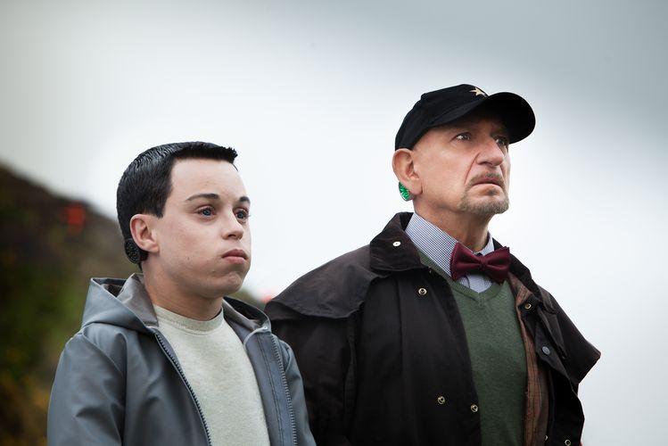Mediator 452 (Craig Garner) und sein menschlicher Adjutant Smythe (Ben Kingsley) beobachten etwas anderes (Foto: Koch Media)