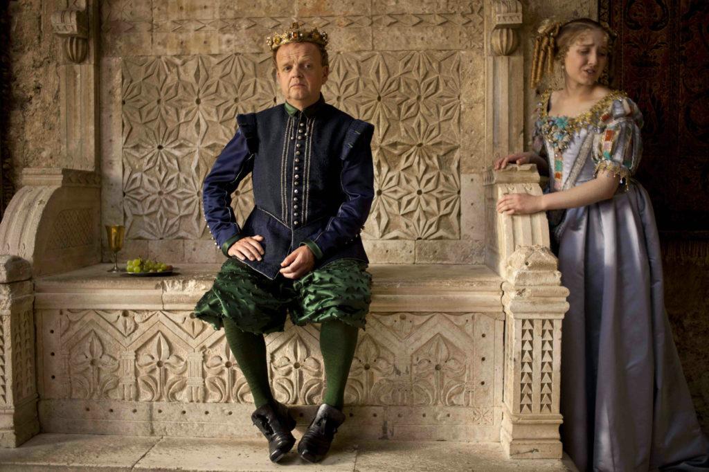 """Der gelangweilte König spielt mit seinem Volk um die Hand seiner Tochter (Toby Jones und Bebe Cave in """"Tale of Tales"""", Foto: Concorde Filmverleih)"""