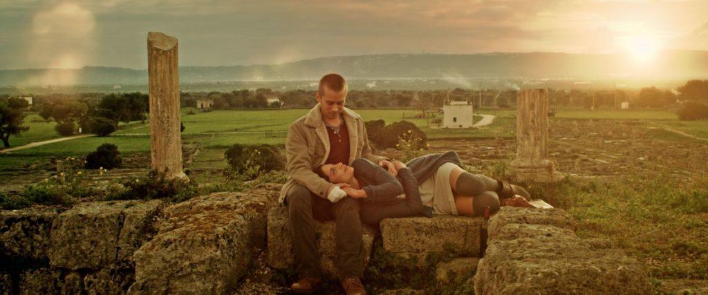 "Before Sunrise ist es entschieden … (Lou Taylor Pucci und Nadia Hilker in ""Spring"", Foto: Koch Media)"