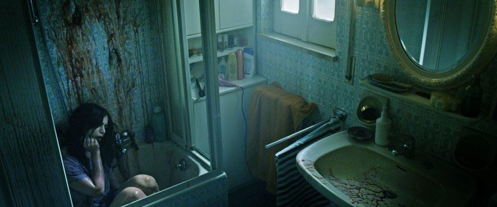 """Klassischer Moment um über die Beziehung nachzudenken … die Dusche Putzen kann man später immer noch (Nadia Hilker in """"Spring"""", Foto: Koch Media)"""