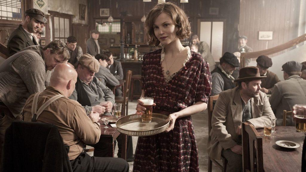 """Johanna wollte eigentlich nur ein Café führen, was damals aber wohl eher Kneipe mit angeschlossenem Puff war (Sylvia Hoeks in """"The Gang"""", Foto: Black Hill Pictures/Koch Media)"""