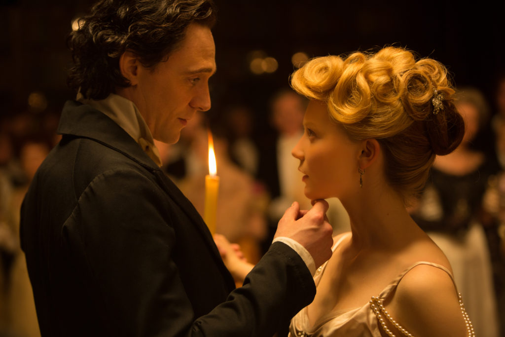 Sir Thomas Sharpe (Tom Hiddleston) wirbt um Edith Cushing (Mia Wasikowska) mit einem Walzer (Foto: Legendary Pictures/Kerry Hayes)