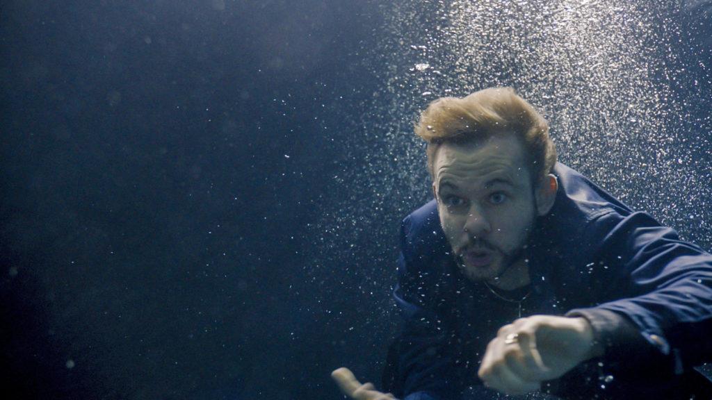 """Dominic Monaghan mal wieder beim Tauchen für eine Serie, diesmal aber ohne """"Not Penny's Boat"""" auf seiner Hand (Foto: Polyband)"""