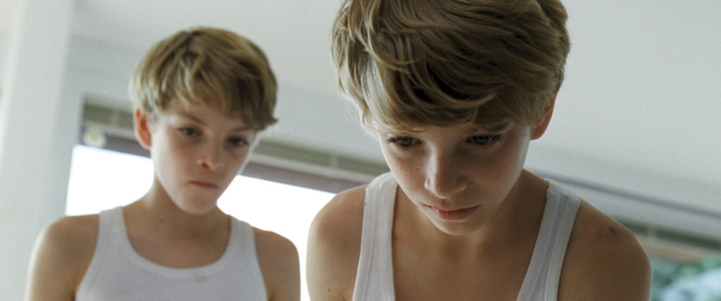 """Die eineiigen Zwillinge Elias und Lukas (Elias und Lukas Schwarz in """"Ich seh, Ich seh"""", Foto: Koch Media)"""