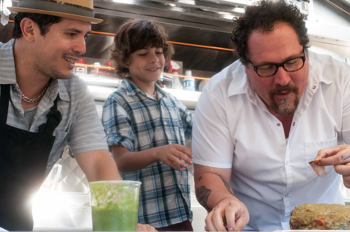 "Bringt seinem Sohn das Handwerk an Bord eines Imbisswagens bei: Jon Favreau (rechts), John Leguizamo (links) und Emjay Anthony in ""Kiss the Cook"" (Foto: Koch Media)"