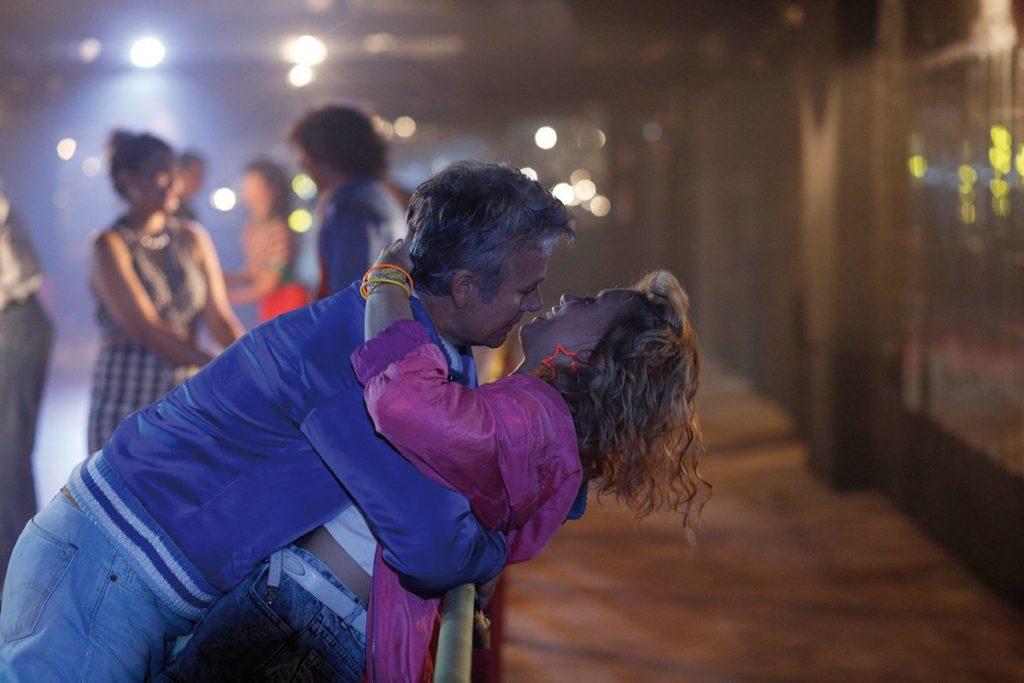 """Nichts drückt das 80er-Lebensgefühl aus, wie eine Rollschuhdisco (Franck Dubosc und Eden Ducourant in """"Plötzlich wieder jung"""", Foto: Ascot Elite Home Entertainment)"""