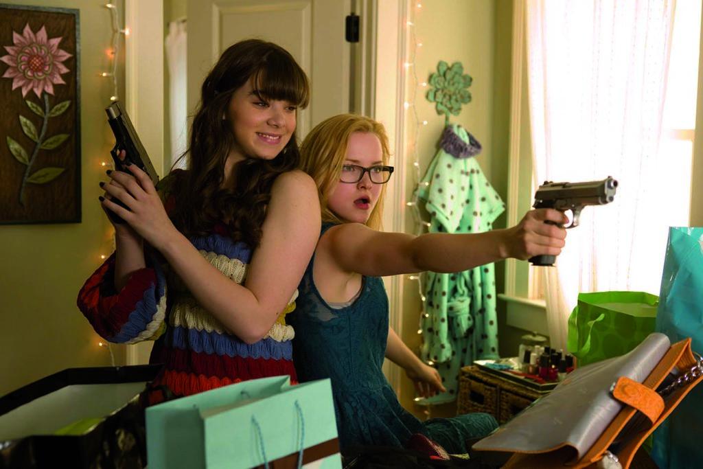 """Die Waffen einer Frau, äh, Teenager-Agentin (Hailee Steinfeld und Dove Cameron in """"Secret Agency"""", Foto: Ascot Elite Home Entertainment)"""