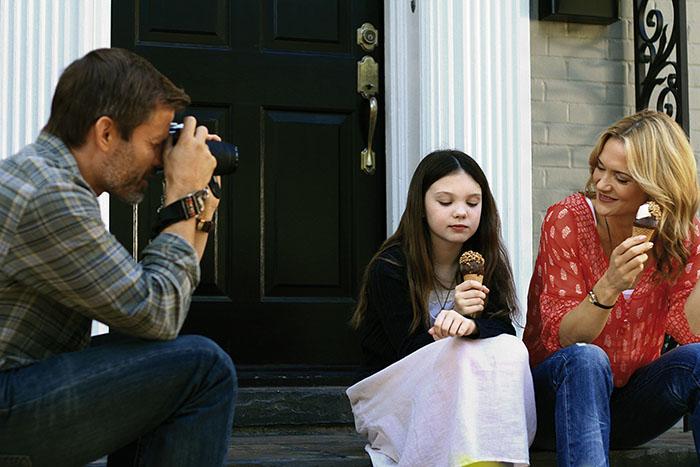 """June bekommt endlich zwei Adoptiveltern (Casper van Dien, Kennedy Brice und Victoria Pratt in """"June"""", Foto: Ascot Elite Home Entertainment)"""