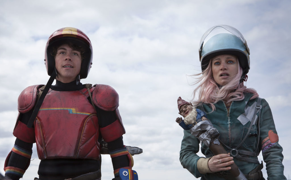 "Ein perfektes Team: Kid (Munro Chambers) und Apple (Laurence Leboeuf) in ""Turbo Kid"" (Foto: Sébastien Raymond/Edel Distribution)"