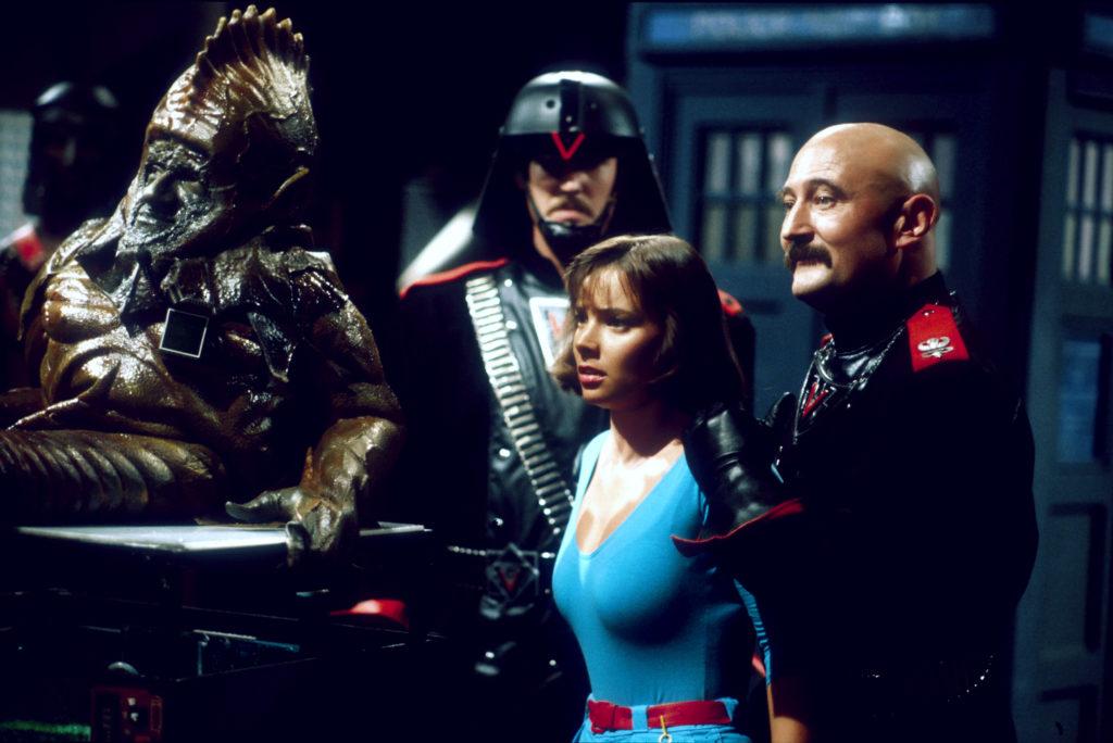 Sil (Nabil Shaban), Peri (Nicola Bryant) und der Chief Officer (Forbes Collins) (Foto: Pandastorm/BBC)