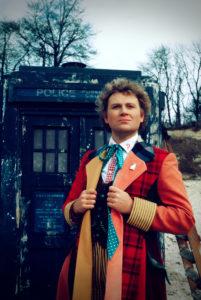 Der sechste Doktor in seinem bunten Kostüm (Colin Baker, Foto: Pandastorm/BBC)