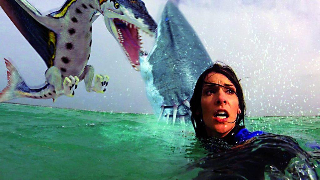 """Effekte, die einen das Wasser gefrieren lassen (Effekte und Katey Savoy in """"Sharktopus vs. Pteracuda"""". Foto: Edel Germany)"""