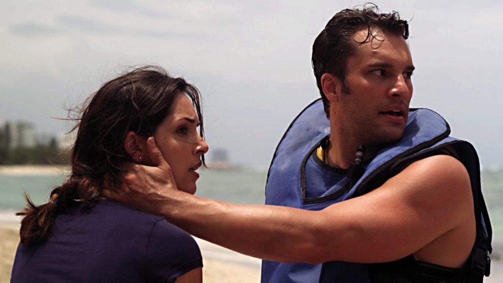 """""""Keine Sorge, ich bin zu attraktiv zum Sterben!"""" (Katie Savoy und Tony Evangelista in """"Sharktopus vs. Pteracuda"""", Foto: Edel Germany)"""
