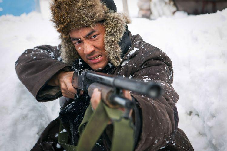 """Kapitän 203 muss irgendwie seine Männer durchbringen und nebenbei noch Banditen ausräuchern (Kenny Lin in """"Die letzte Schlacht am Tigerberg"""", Foto: Koch Media)"""