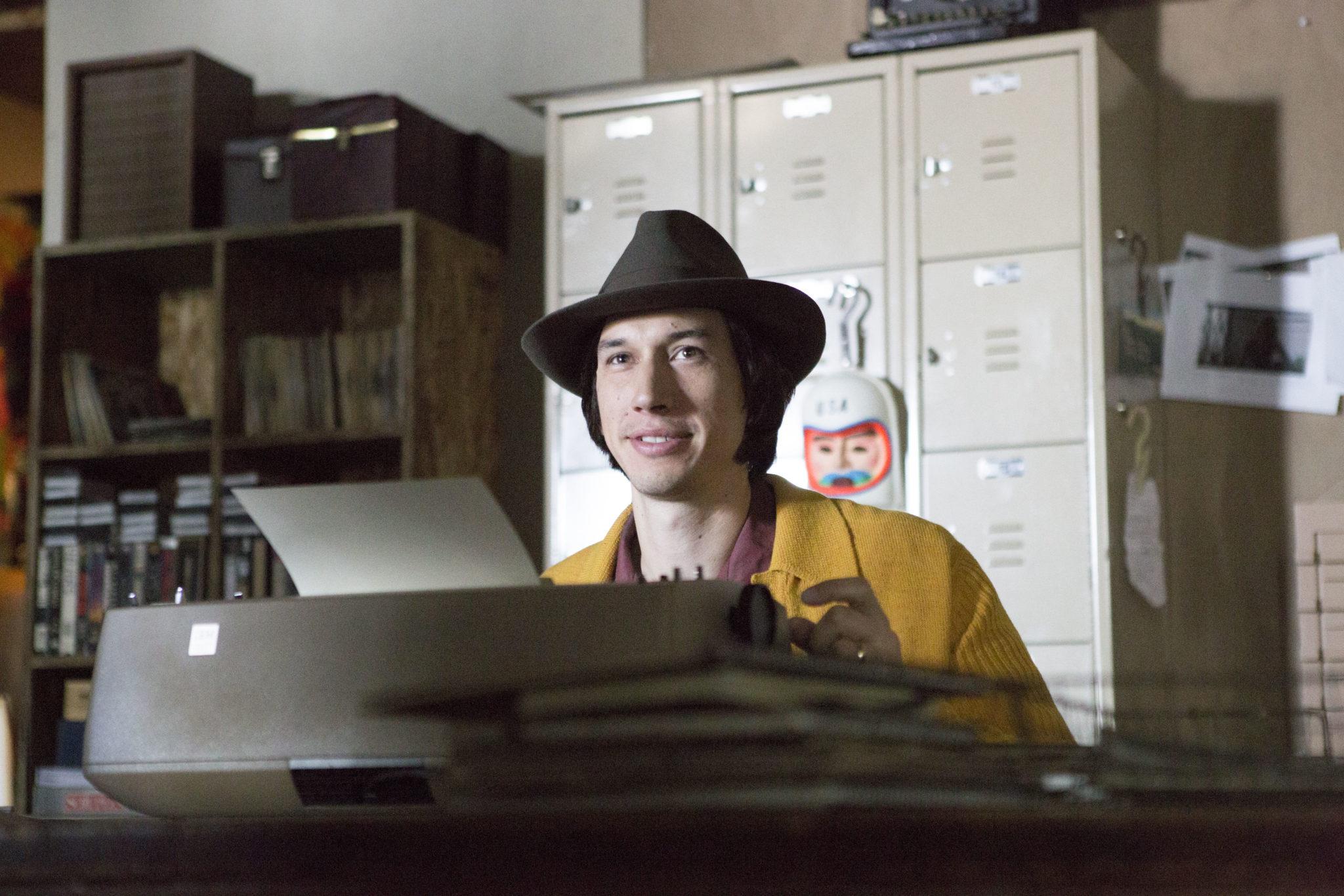 """Als ordentlicher Hipster schreibt man natürlich nur auf einer Schreibmaschine (Adam Driver in """"Gefühlt Mitte Zwanzig"""", Foto: Square One/Universum)"""