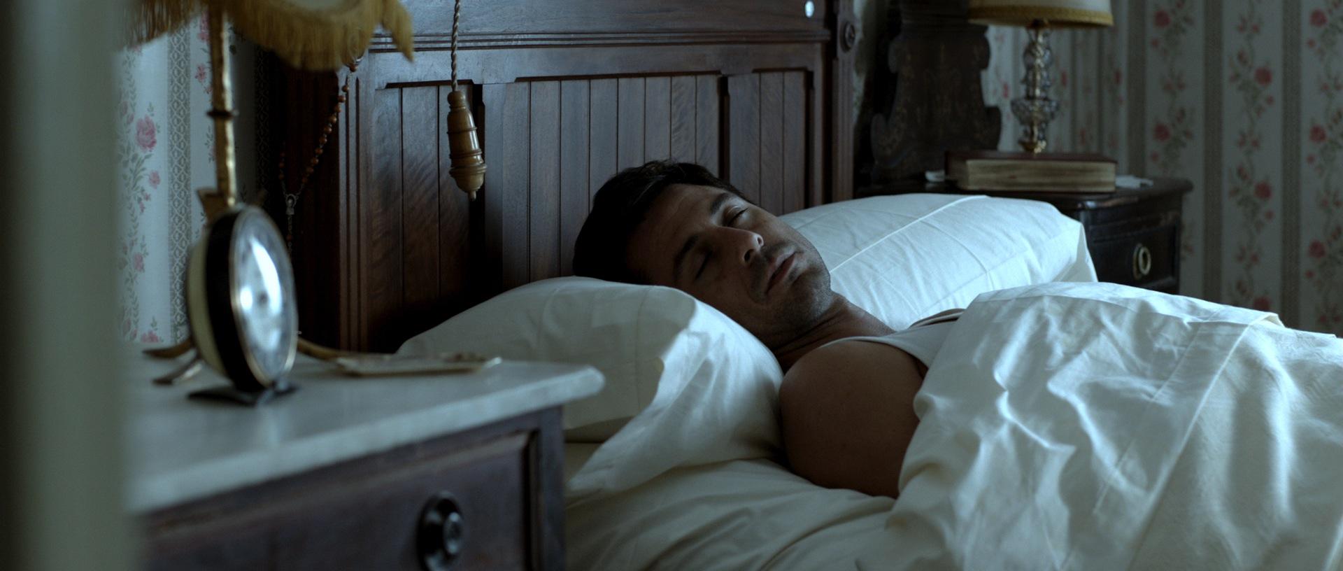 Carlos liegt den größten Teil des Films einfach nur herum (Foto: OFDB Filmworks)