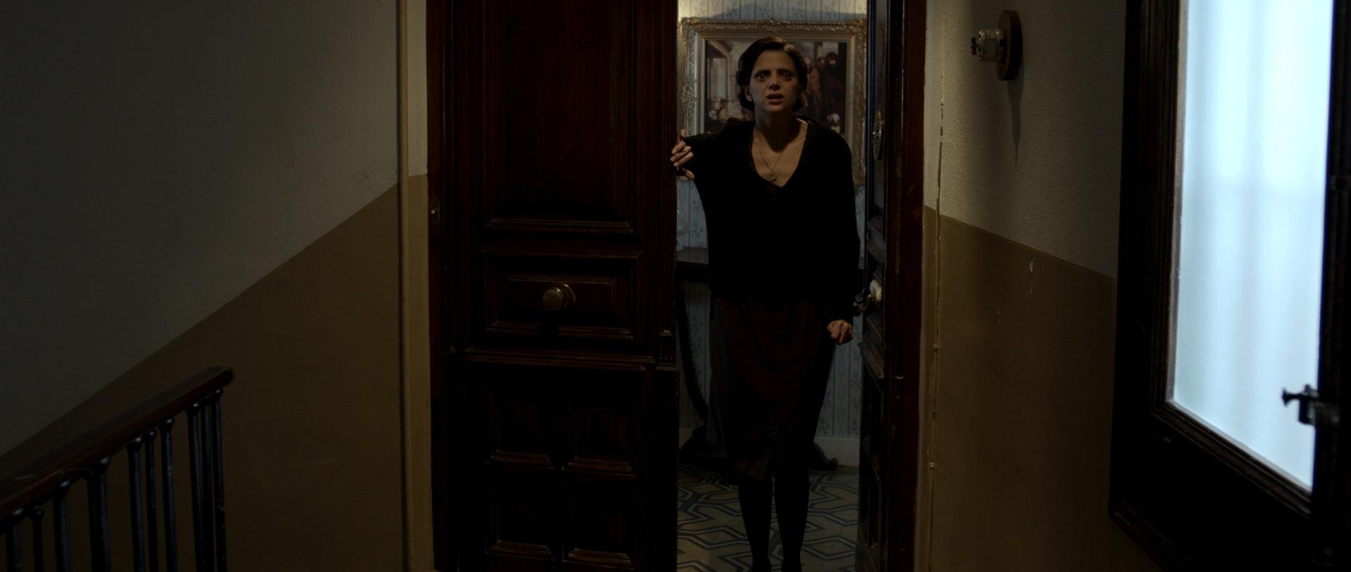Montse vermag unmöglich die Schwelle ihrer Wohnung zu überschreiten (Foto: OFDB Filmworks)