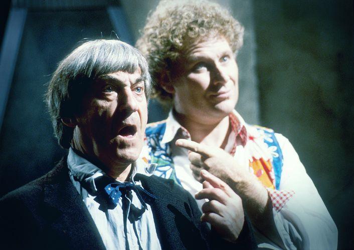 Zwei Aussehen, ein Charakter: Zwei Doktoren treffen aufeinander (Patrick Troughton und Colin Baker, Foto: BBC Germany/Pandastorm Pictures)