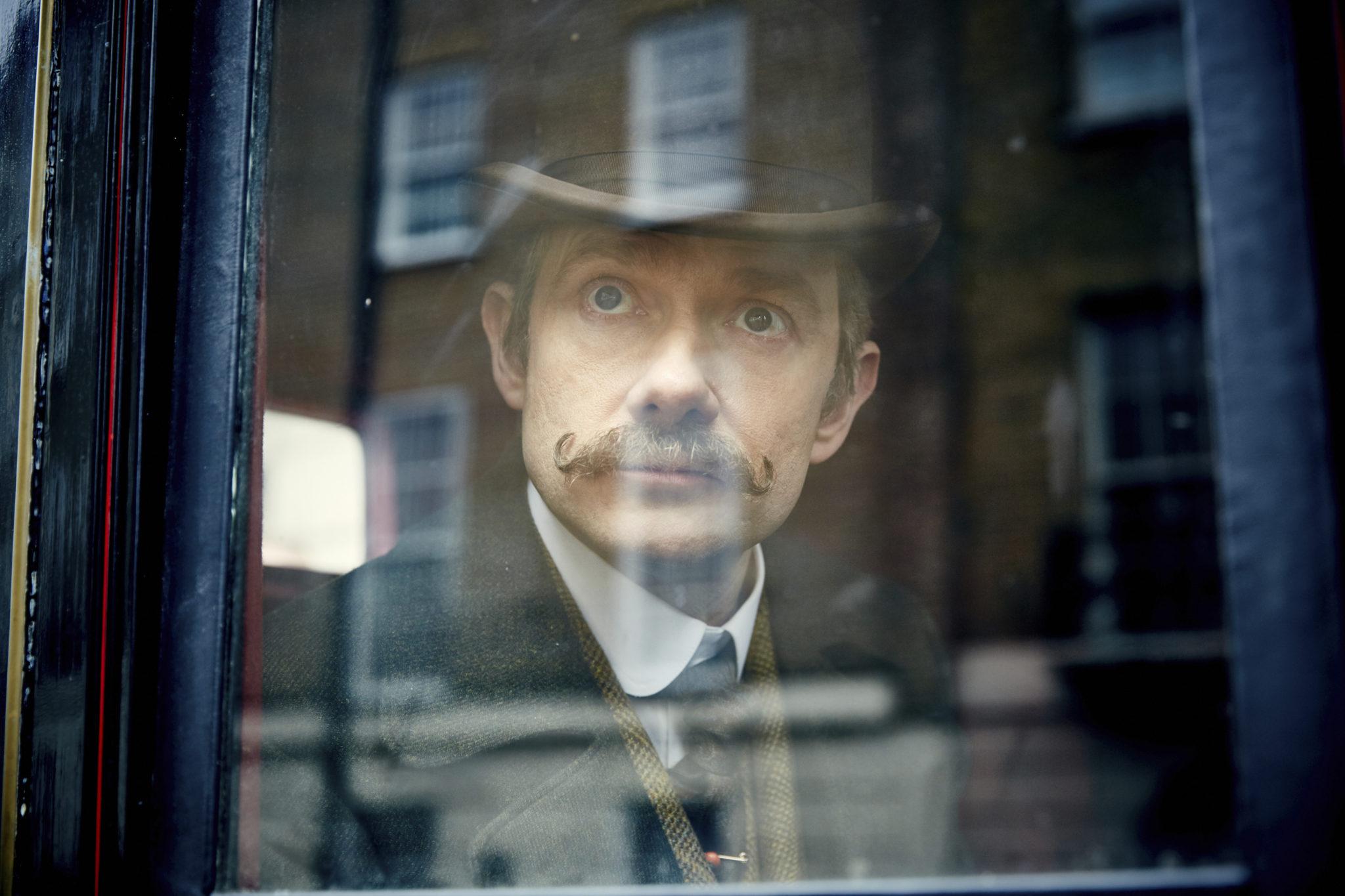 Selbst für Watsons grandios-seltsamen viktorianischen Schnurrbart gibt es letztlich eine Erklärung (Martin Freeman, Foto: Polyband/BBC)
