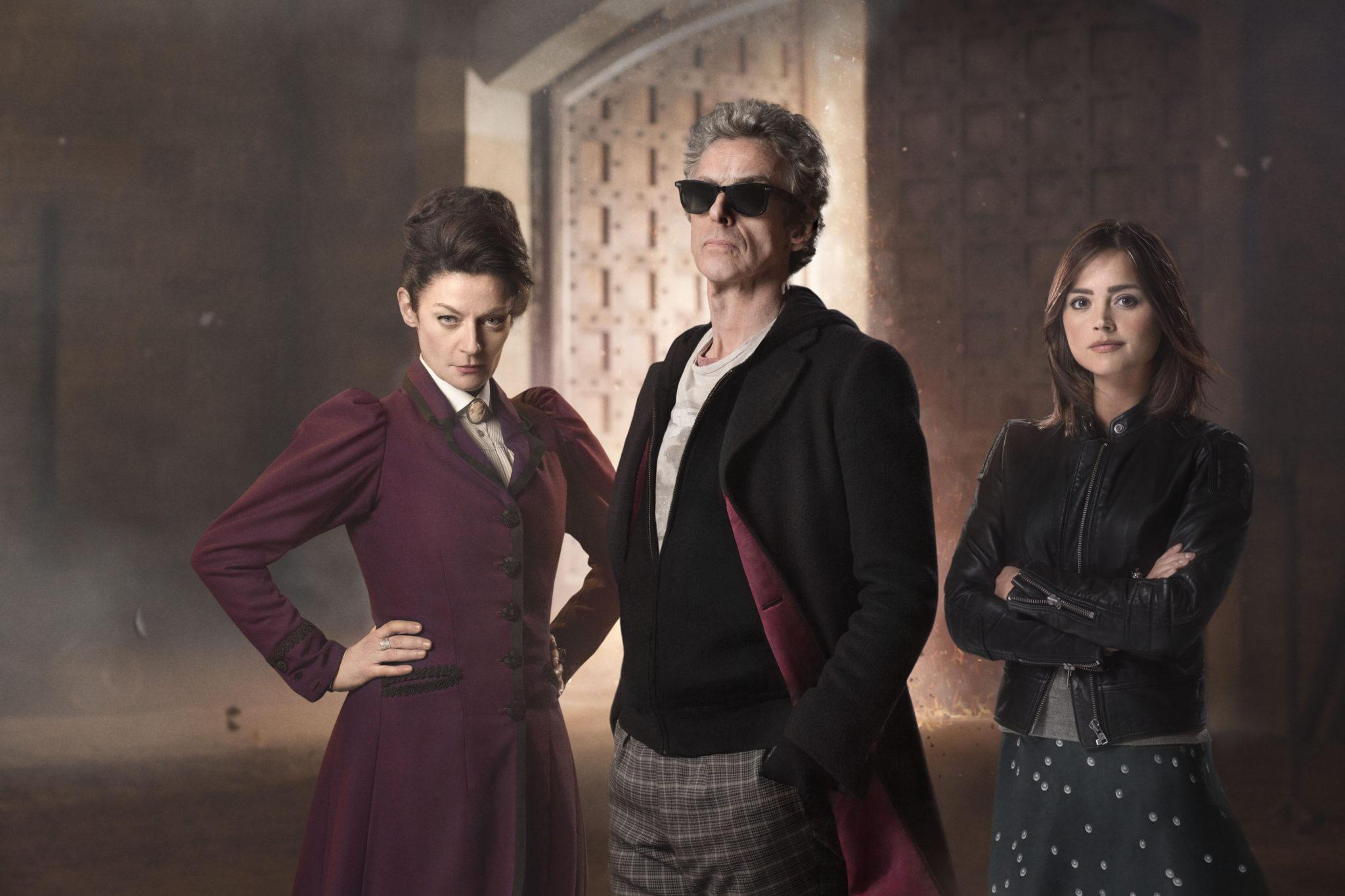 Der Doktor mit seinem ältesten Feind und seinem ältesten Verbündeten (Michelle Gomez als Missy, Peter Capaldi als der Dkctor und Jenna Coleman als Clara, Foto: Polyband/BBC)
