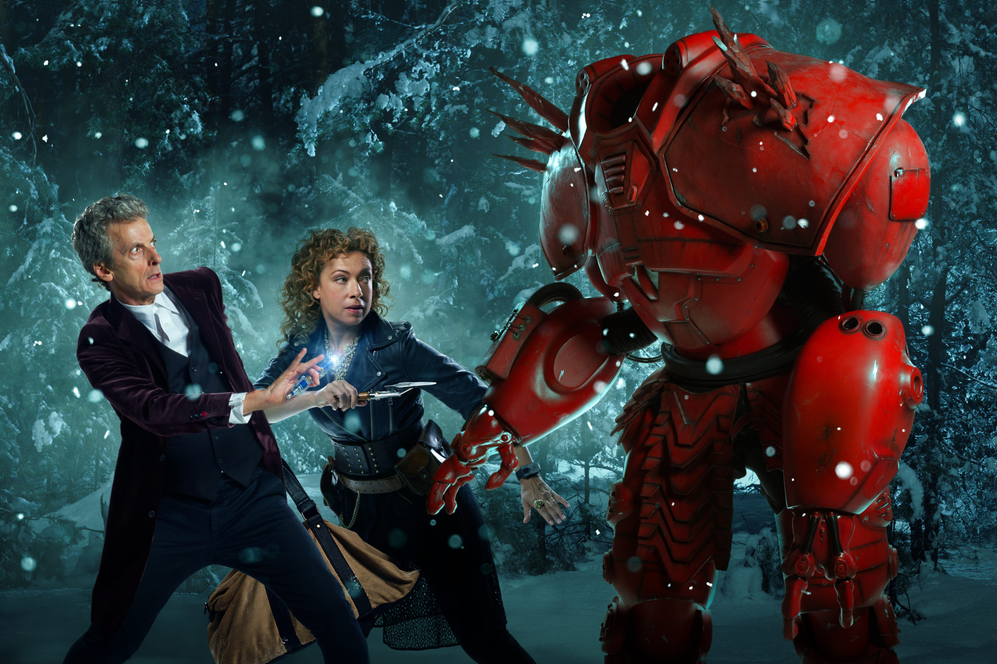 Zu Weihnachten kommt ein Mann ganz in Rot gekleidet (Peter Capaldi als der Doctor, Alex Kingston als River Song sowie Hydroflax, Foto: Polyband/BBC)