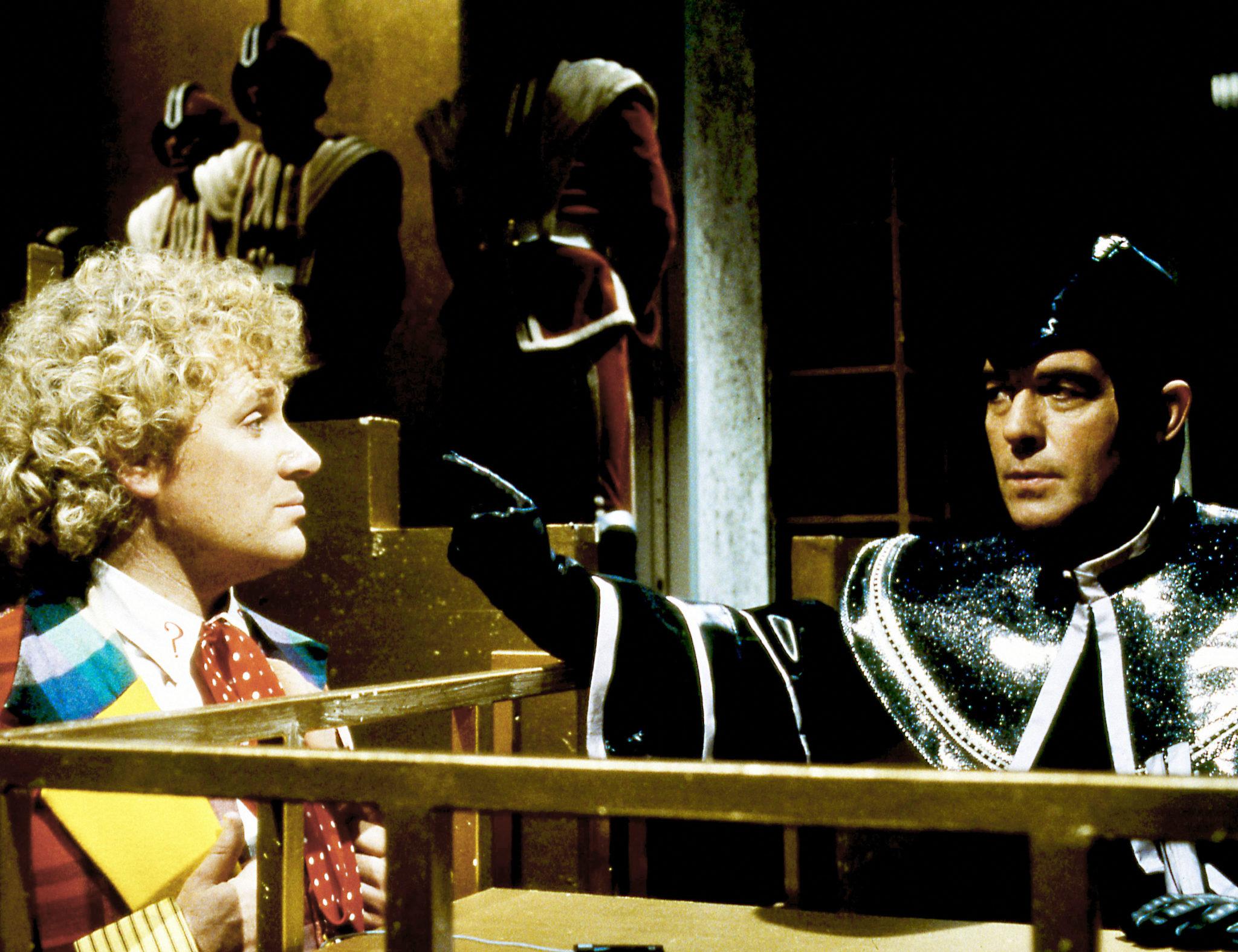 Der Doktor im Anklagestand wird heftig vom Ankläger Valeyard zugesetzt (Colin Baker und Michael Jayston, Foto: Pandastorm Pictures/BBC)