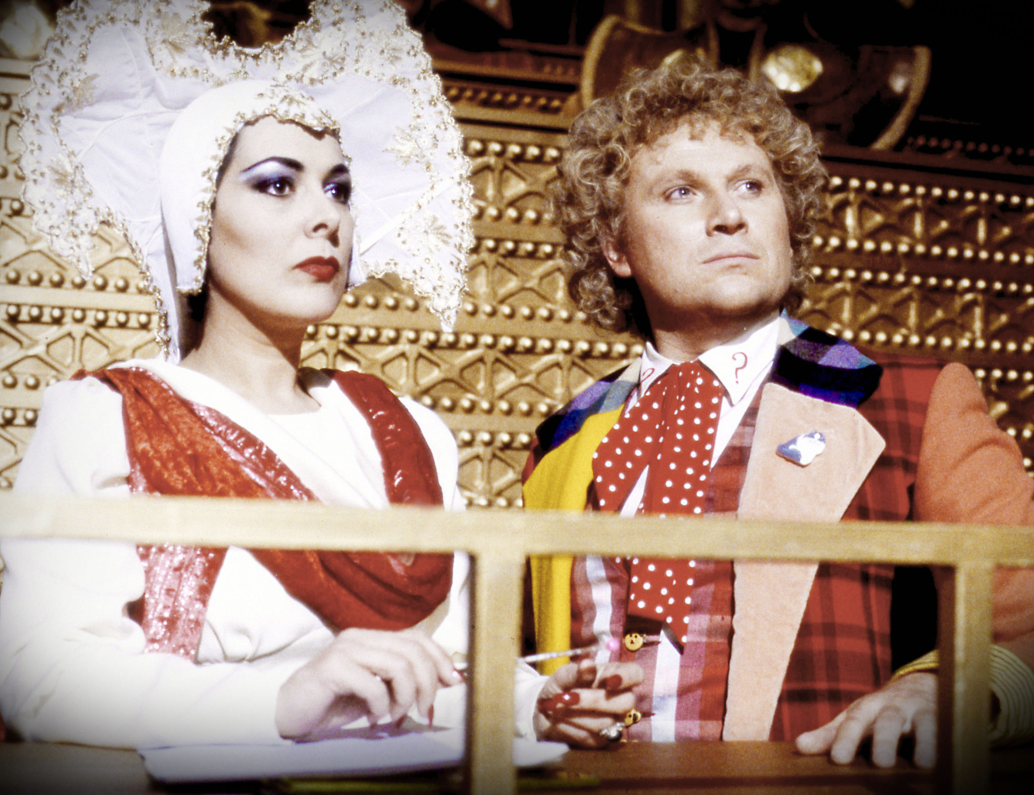 Die Inquisitorin des Gerichtes und der Doktor (Lynda Bellingham und Colin Baker, Foto: Pandastorm Pictures/BBC)