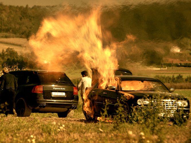 Coole Jungs schauen nicht auf das brennende Auto (Foto: Ascot Elite)