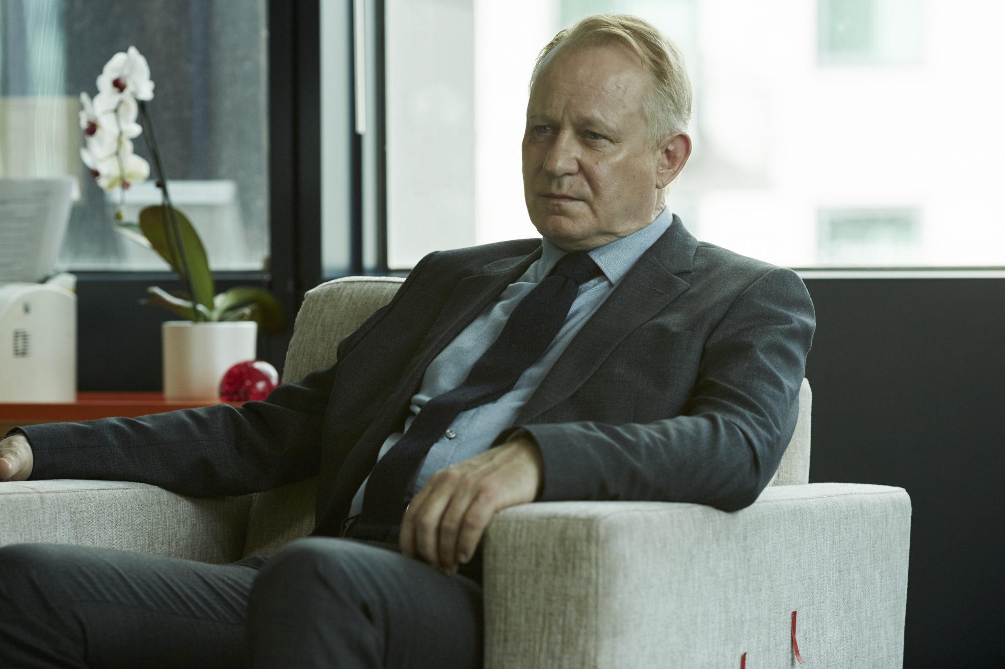 River (Stellan Skarsgård) sinniert über Leben und Tod (Foto: Polyband/BBC)