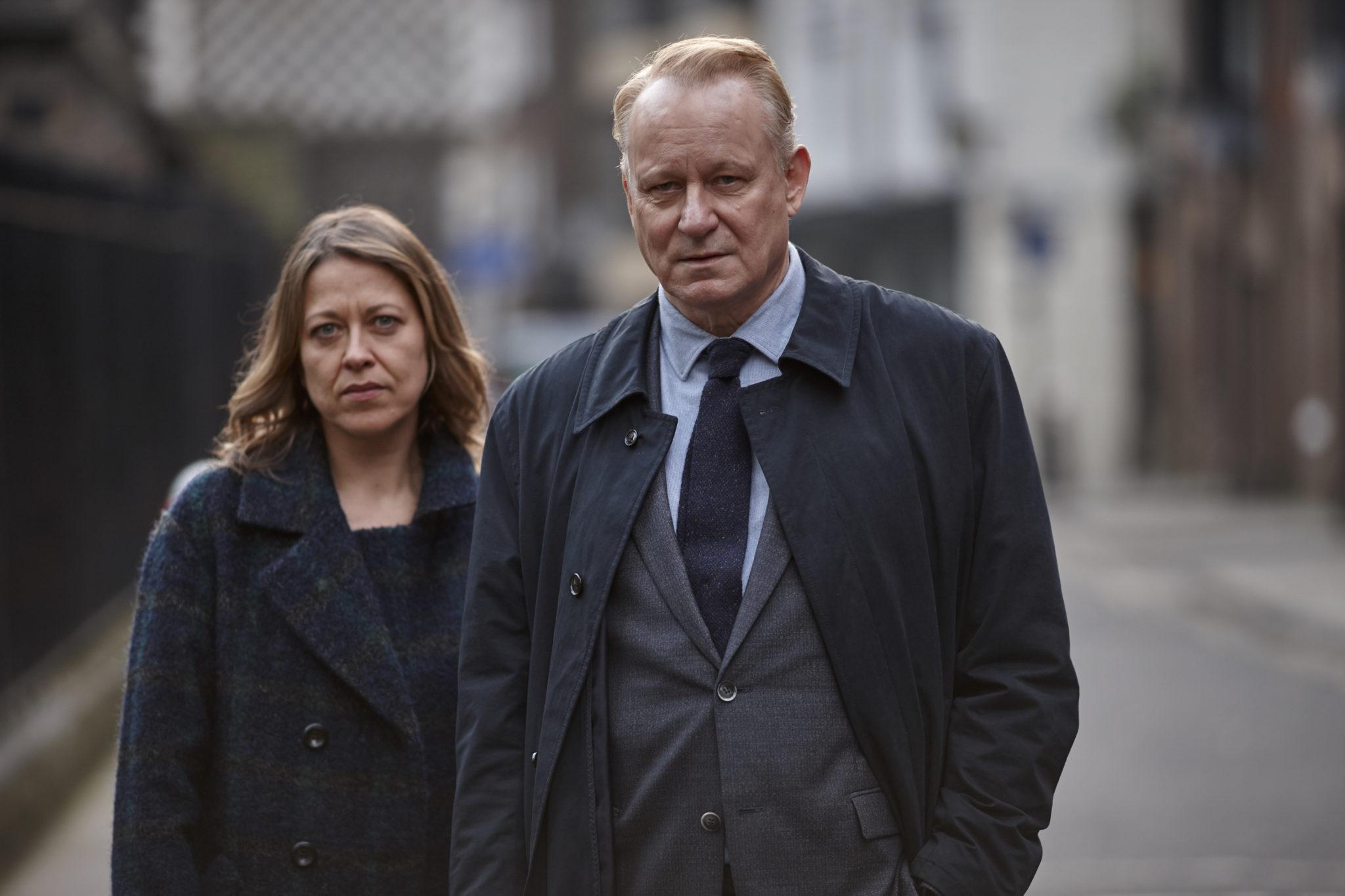"""Jackie """"Stevie"""" Stevenson (Nicola Walker) """"unterstützt"""" River (Stellan Skarsgård) bei seinen Ermittlungen. (Foto: Polyband/BBC)"""