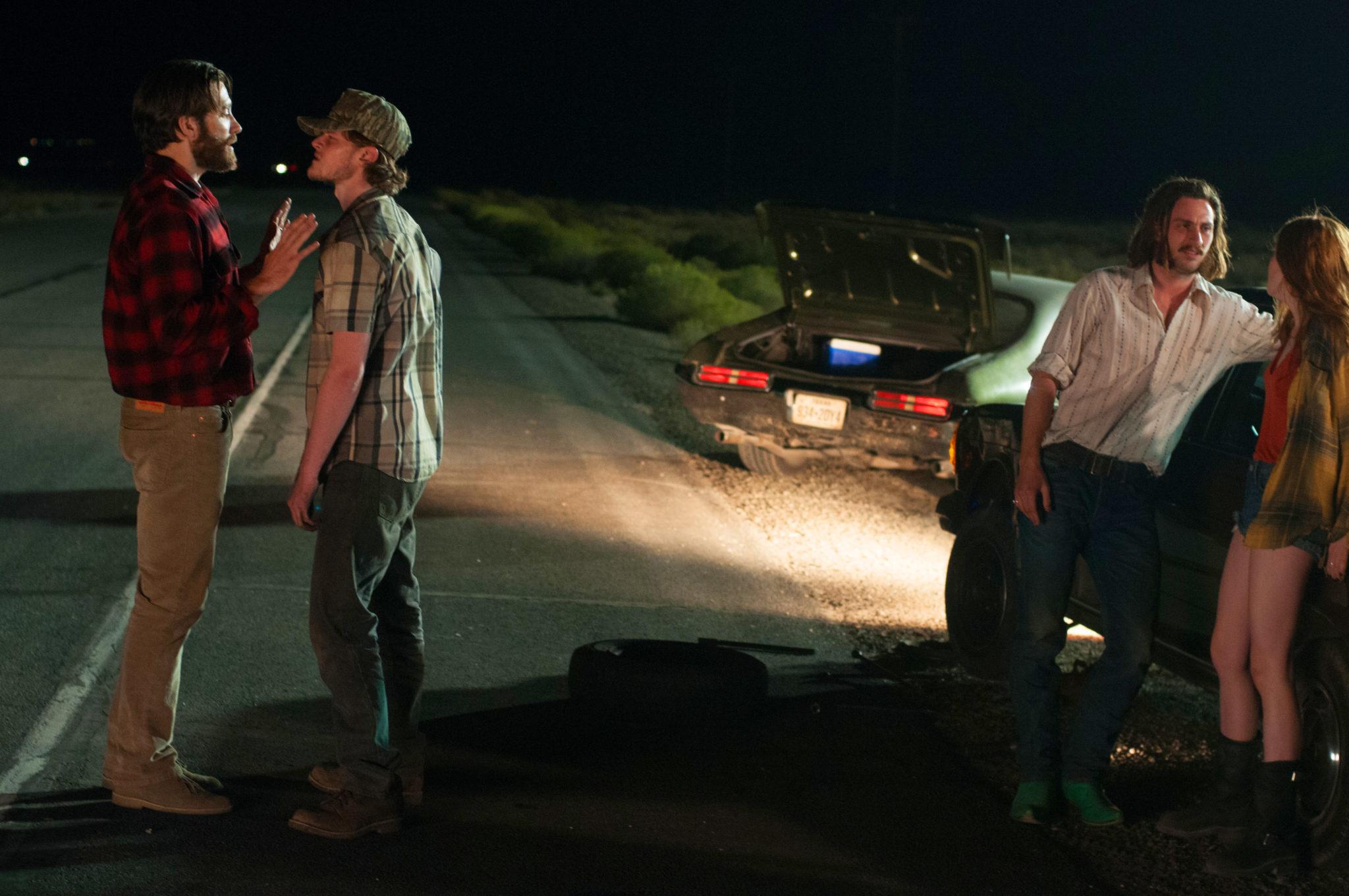 Tony Hastings (Jake Gyllenhaal) im Streit mit dem gewalttätigen Turk (Robert Aramayo) während Ray (Aaron Taylor-Johnson) sich an Tonys Tochter India (Ellie Bamber) heranmacht (Foto: Merrick Morton/Focus Features/Universal Pictures)