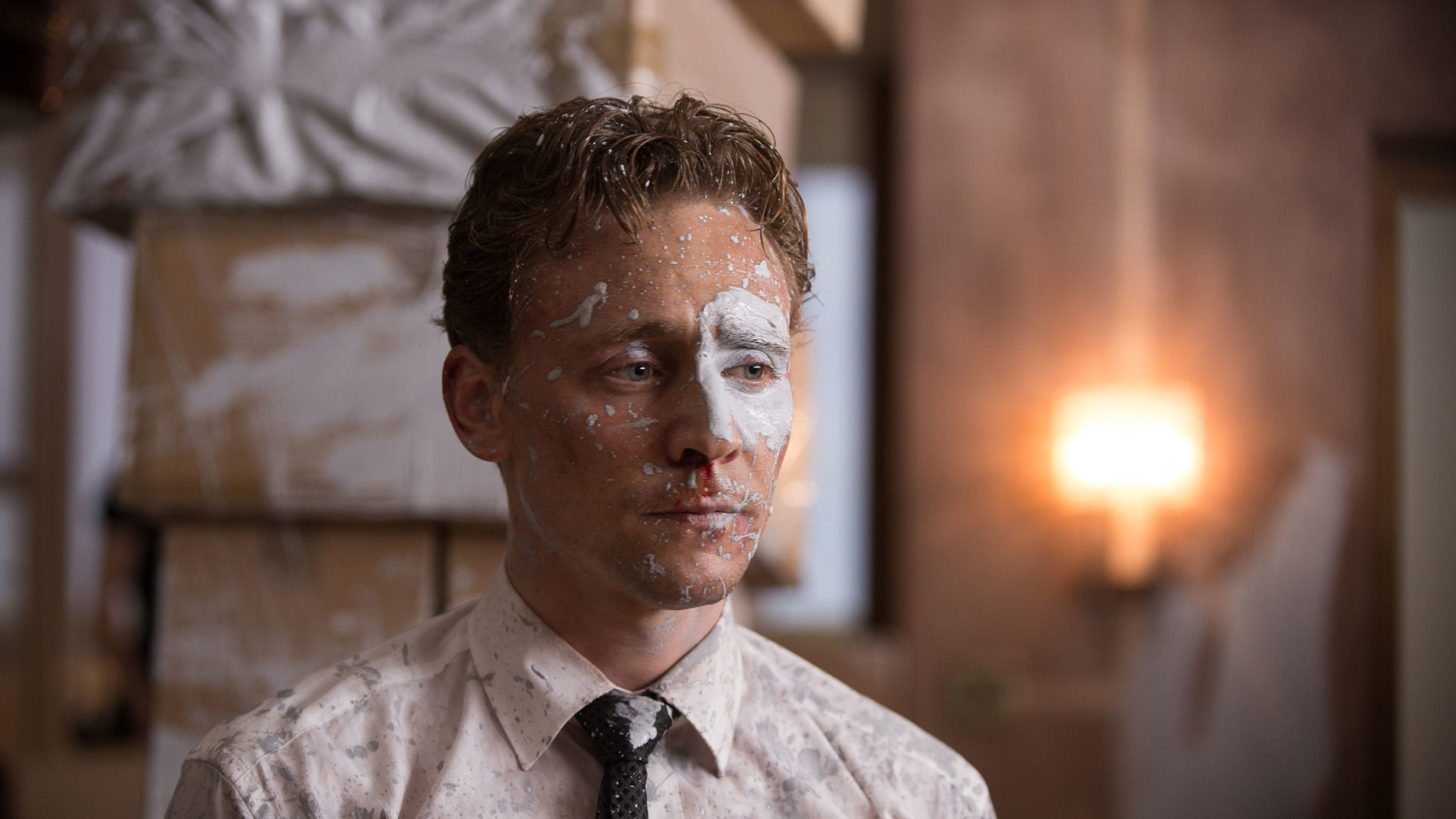 Dr. Robert Laing (Tom Hiddleston) bringt etwas Farbe in den Film (Foto: DCM)