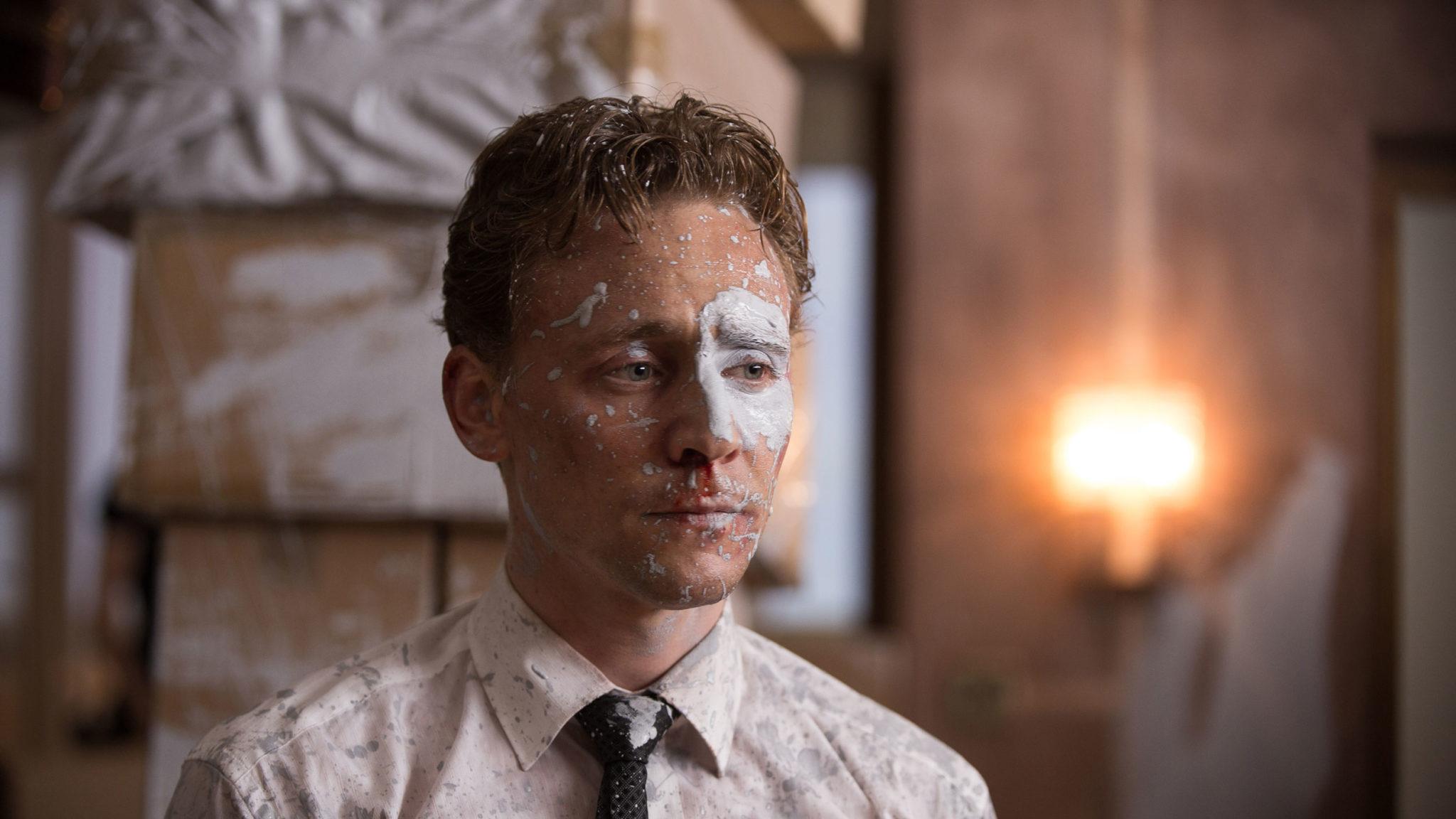 Dr. Robert Laing (Tom Hiddleston) bringt etwas Farbe in den Film (Foto: DCM)