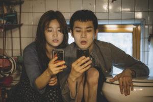 Der WLAN-Empfang ist auf der Toilette am Besten, wie praktisch … (Woo-sik Choi und So-dam Park, Foto: Koch Media)
